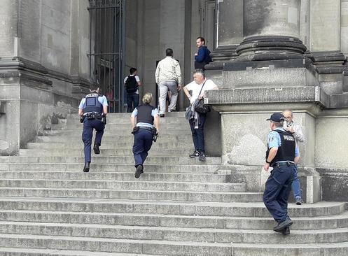حمله یک فرد مسلح به کلیسای جامع شهر برلین/ پلیس در حال بالا رفتن از پله های کلیسا برای مقابله با مهاجم است.