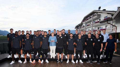 بازدید آنگلا مرکل صدراعظم آلمان از اردوی تیم ملی فوتبال آلمان در ایتالیا