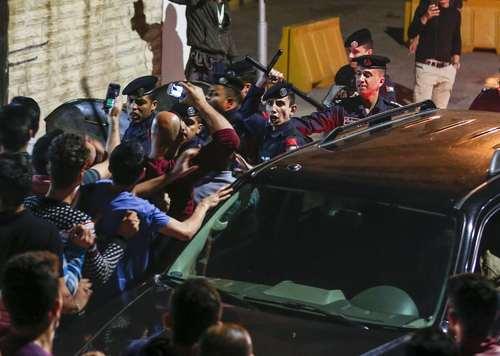 تظاهرات بر ضد گرانی و مشکلات اقتصادی در مقابل مقر نخست وزیری اردن در شهر امان/ خبرگزاری فرانسه