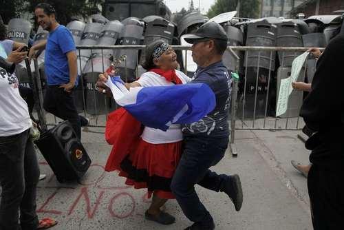 یک زوج هندوراسی در تظاهرات بر ضد رییس جمهوری این کشور در پایتخت، در حال پایکوبی هستند./ آسوشیتدپرس