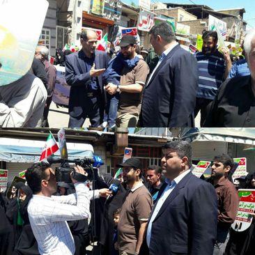 وزیر ارتباطات با تی شرت و کلاه در راه پیمایی روز قدس