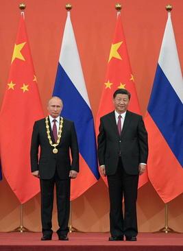 اعطای جایزه ویژه دوستی به ولادیمیر پوتین رییس جمهوری روسیه از سوی همتای چینی او در حاشیه نشست سران سازمان شانگهای در پکن