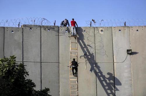 عبور فلسطینیها از دیوار حائل برای شرکت در آخرین نماز جمعه ماه رمضان در شهر قدس