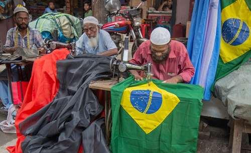 آماده کردن پرچم کشورهای حاضر در جام جهانی  2018 فوتبال در کارگاهی در شهر داکا بنگلادش