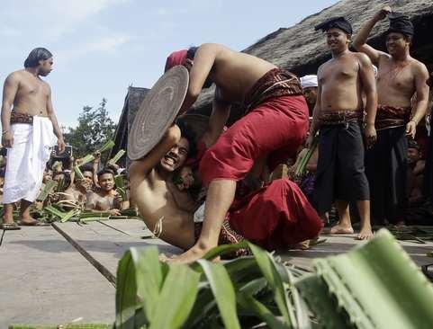 مبارزه در یک جشنواره سالانه آیینی در بالی اندونزی