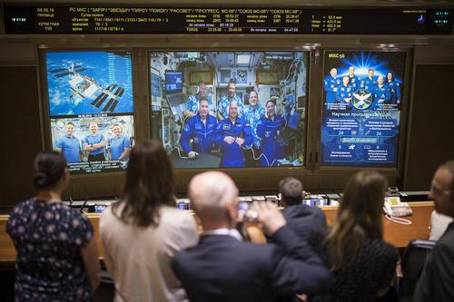 فضانوردان روسی، آمریکایی و اروپایی پس از رسیدن به ایستگاه فضایی بینالمللی در حال صحبت با خانواده هایشان در یک تماس زنده ویدئویی / مسکو