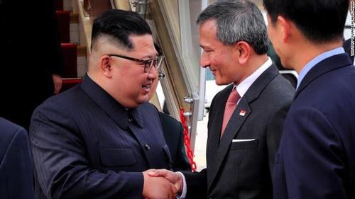 استقبال از رهبر کره شمالی در بدو ورود به فرودگاه سنگاپور