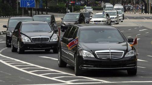 کاروان خودرویی حامل رهبر کره شمالی و هیات همراه در خیابان های سنگاپور و در حال عزیمت به هتل