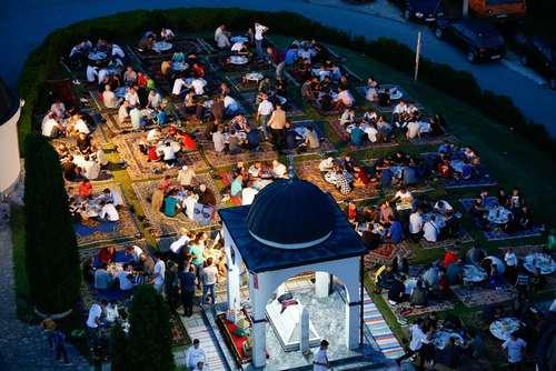 مراسم افطار در آخرین یکشنبه ماه رمضان در مسجدی در شهر سارایوو بوسنی