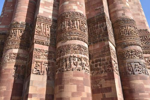 حکاکی آیات قرآن و نام پیامبر بر منار قطب
