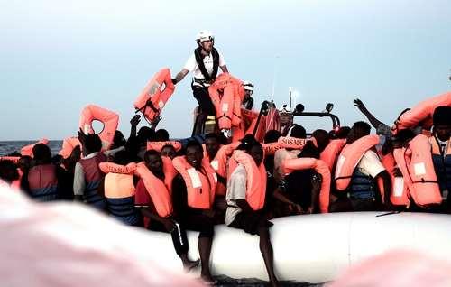 نجات پناهجویان آفریقاییتبار در دریای مدیترانه از سوی گارد ساحلی اروپا / رویترز