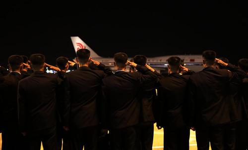 ادای احترام گارد امنیتی هنگام برخاستن هواپیمای حامل رهبر کره شمالی از فرودگاه سنگاپور و بازگشت به پیونگ یانگ/ عکس: وزارت ارتباطات سنگاپور
