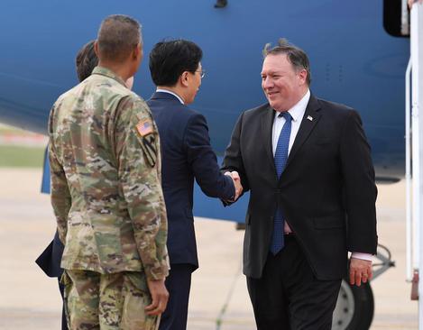 استقبال از وزیر خارجه آمریکا در پایگاه هوایی
