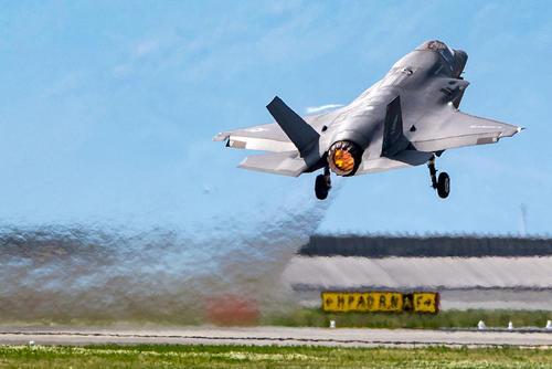 برخاستن یک فروند جنگنده اف 35 آمریکایی از پایگاه هوایی