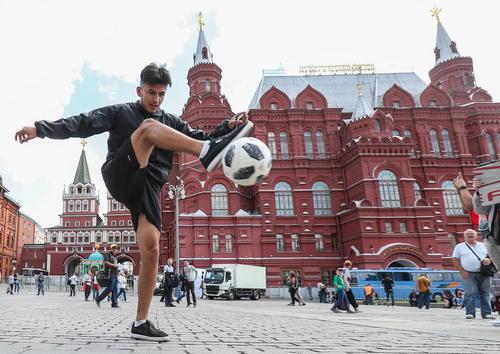 تب فوتبالی شهر مسکو همزمان با آغاز مسابقات جام جهانی 2018 در روسیه