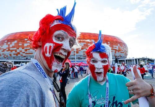شادمانی طرفداران تیم ملی فوتبال دانمارک از بُرد این تیم مقابل پرو در استادیوم شهر سارانسک روسیه