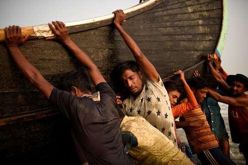 حمل قایقماهیگیری از سوی پناهجویان مسلمان میانماری در اردوگاه آوارگان مسلمان میانماری در بنگلادش/ رویترز