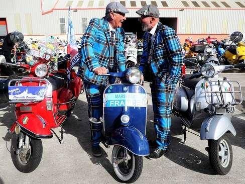 گردهمایی دوستداران موتور وسپا در شهر بلفاست مرکز ایرلند شمالی