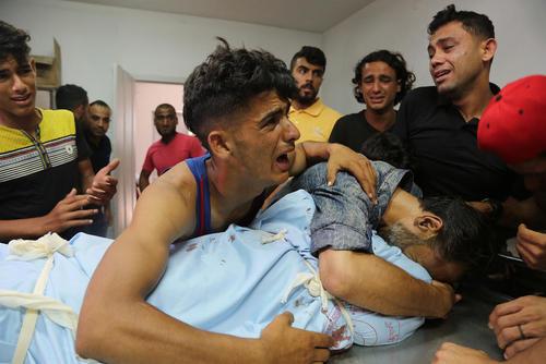 خانواده یک جوان 24 ساله فلسطینی که به ضرب گلوله گارد مرزی اسراییل در مرز باریکه غزه به شهادت رسیده است.