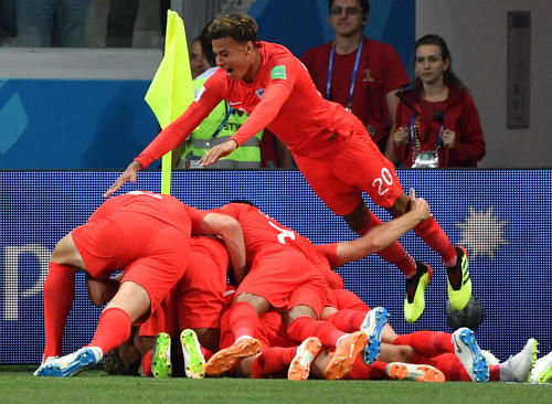 شادمانی اعضای تیم ملی فوتبال انگلیس از زدن گل برتری بر تونس در مسابقات جام حهانی 2018 فوتبال در روسیه
