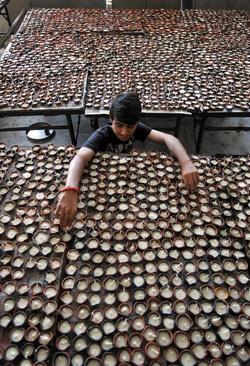 آماده سازی هزاران شمع برای استفاده در یک جشنواره آیینی در معبدی در جامو کشمیر
