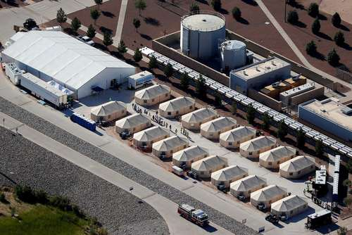 اردوگاه نگهداری کودکان مهاجران غیرقانونی پس از جداسازی اجباری آنها از والدینشان در مرز مکزیک و ایالت تگزاس آمریکا/عکس: رویترز