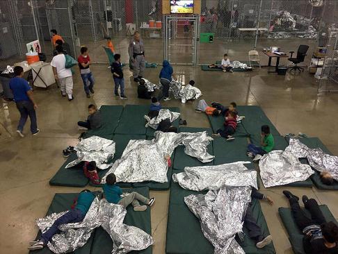 فرزندان مهاجران غیرقانونی در آمریکا پس از جدایی از والدینشان در ایستگاه مرزی در مک آلن تگزاس