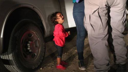 گریه یک کودک 2 ساله در کنار مادرش به هنگام دستگیری مادرش در مرز مکزیک. این عکس بازتاب زیادی در رسانه های آمریکا داشته است.
