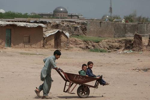 کودکان افغان در اردوگاه آوارگان در حومه شهر اسلام آباد پاکستان / شینهوا