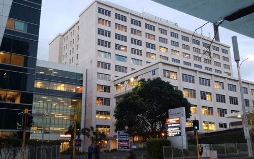 بیمارستان محل بستری خانم نخست وزیر. جسیندا سومین نخست وزیر زن تاریخ نیوزیلند و جوان ترین نخست وزیر تاریخ این کشور است.
