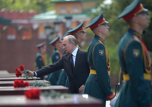 ادای احترام پوتین به مقبره سرباز گمنام روسیه در مسکو در هفتادو هفتمین سالگرد حمله آلمان نازی به شوروی سابق