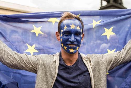 تجمع حامیان اتحادیه اروپا در حاشیه گردهمایی یک گروه دست راستی مخالف اتحادیه اروپا در شهر مونیخ آلمان