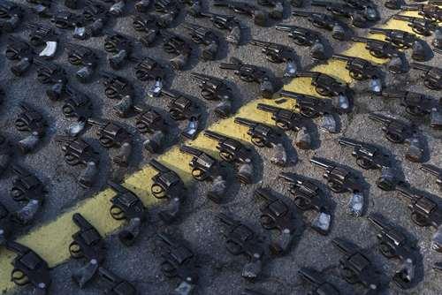 نمایش 8500 قبضه اسلحه کشف شده از گروههای خلافکار از سوی پلیس شهر ریودوژانیرو برزیل پیش از تحویل آنها به ارتش/ آسوشیتدپرس