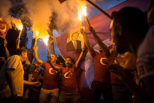 شادمانی شبانه حامیان اردوغان از پیروزی او در انتخابات در مقابل دفتر مرکزی حزب حاکم عدالت و توسعه در شهر استانبول/ خبرگزاری آلمان
