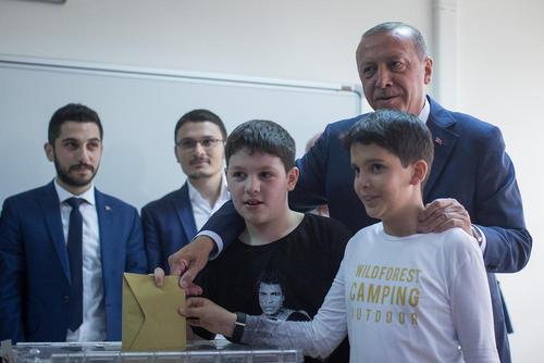اردوغان دیروز با نوههایش پای صندوق حاضر شد و رای داد- استانبول / خبرگزاری آلمان