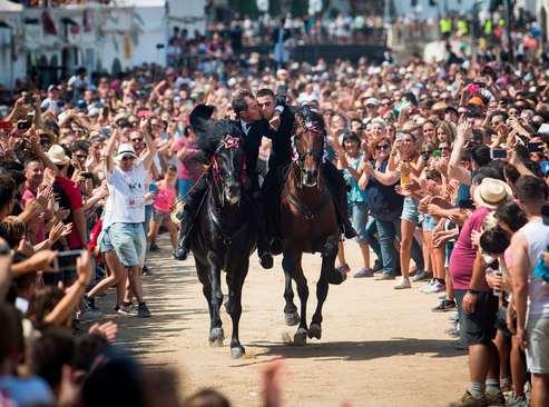 روبوسی دو اسب سوار روی اسب در جریان جشنواره