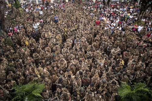 پوشیدن لباسهایی از برگ موز در جریان یک جشنواره مذهبی – مسیحی در فیلیپین