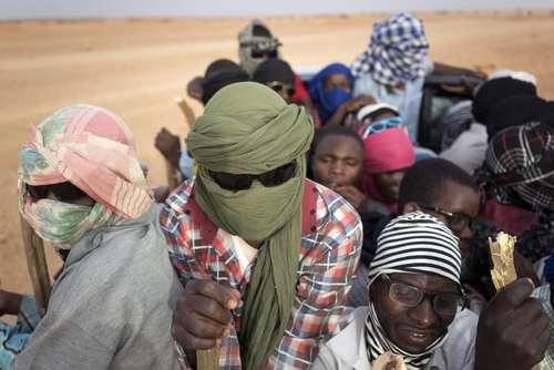 پناهجویان نیجری و چند کشور دیگر آفریقایی در حال عبور از مرز نیجر و ورود به لیبی برای عزیمت به اروپا از طریق دریا/ آسوشیتدپرس