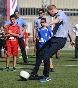 فوتبال بازی شاهزاده ویلیام نوه ملکه بریتانیا در تل آویو اسراییل. ویلیام نخستین عضو خاندان سلطنتی بریتانیا است که به اسراییل سفر کرده است.