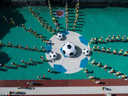 تمرین فوتبال در یک مهد کودک چینی