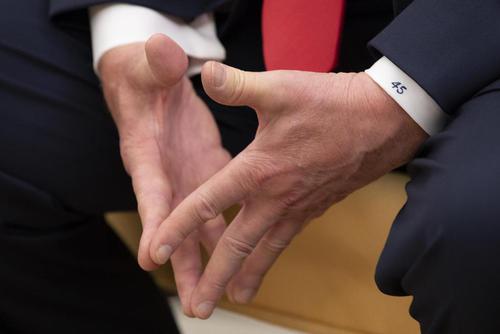 عکسی از فرم دستهای ترامپ در دیدار او با همتای پرتغالی در کاخ سفید/CNP