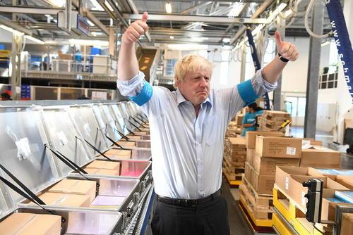 بازدید وزیر امور خارجه بریتانیا از انباری متعلق به سازمان
