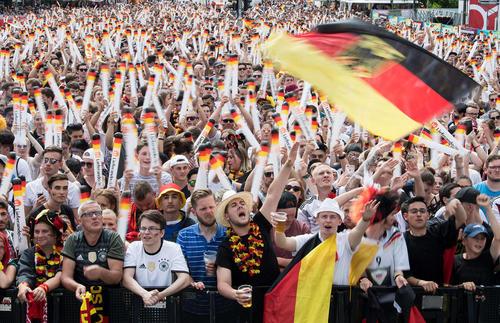 طرفداران تیم ملی فوتبال آلمان دیروز از مانیتوری بزرگ در برلین بازی تیمشان مقابل کره جنوبی را تماشا کردند و با ناراختی از حذف ناباورانه آلمان از جام جهانی به خانههایشان برگشتند./ خبرگزاری آلمان