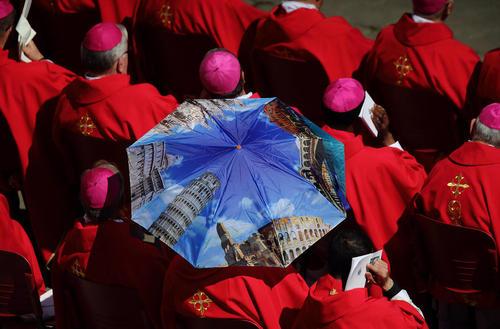 کاردینالهای کلیسای کاتولیک در حال گوش فرا دادن به اظهارات پاپ فرانسیس در میدان سنتپترز واتیکان