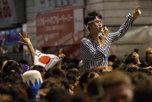 جشن شادمانی از صعود تیم ملی فوتبال ژاپن به مرحله یک هشتم جام جهانی فوتبال 2018 روسیه/ توکیو