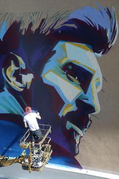 نقاشی دیواری چهره لیونل مسی روی دیوار مقابل هتل محل اقامت تیم ملی فوتبال آرژانتین در شهر کازان روسیه/ ایتارتاس