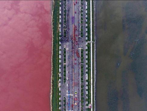 جاده ای که یک دریاچه نمک در شانشی را به دو نیم میکند.