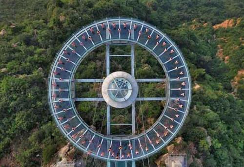 تمرین یوگا روی یک سکوی شیشه ای مرتفع در پکن