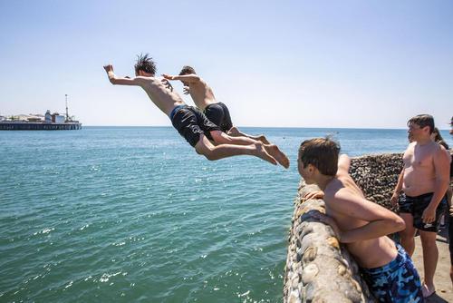 شنای نوجوانان انگلیسی در دریا در ساحل برایتون