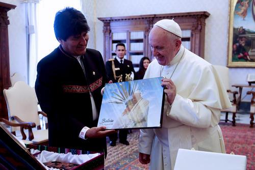 تابلوی نقاشی اهدایی رییس جمهوری بولیوی به پاپ فرانسیس در واتیکان